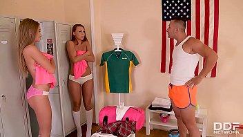 Due Cheerleading Sorelle Catturato Nudo Negli Spogliatoi E Scopata Da Allenatore