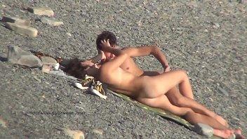 Un Paio Girato Con Un Telefono Cellulare Quando Sta Cazzo Sulla Spiaggia