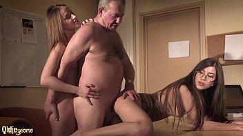Porno Mit Zwei Herrinnen Junge Mädchen Dringen Auf Dem Schreibtisch