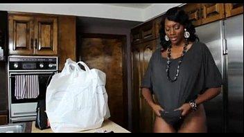 El Negro Viene De La Tienda De Comestibles Y Es Follada Por Su Marido Kinky En La Cocina