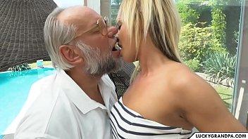 Sex Im Schwimmbad, Blondine Mit Lange Beine Und Einen Schönen Fick Von Einem Alten Mann