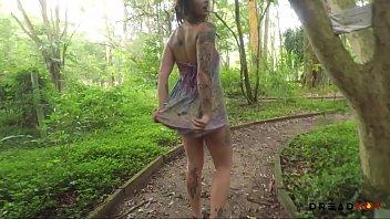 Tätowierte Schlampe Nackt Im Park-Zeigen Sie Uns Ihre Muschi