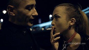 Ti Dà Il Fumo Di Una Sigaretta, E Lei Sta Andando A Succhiare Un Cazzo