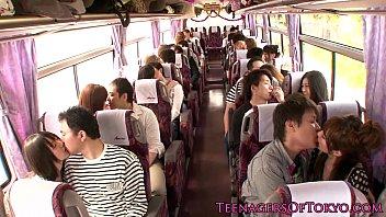 Un Autobús Lleno De Gente Japonesa Empezar A Tener Relaciones Sexuales En Un Grupo De