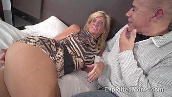 تصور Xxx بیوی سنہرے بالوں والی Curoasa ساتھ جنسی تعلق کے لئے اس کے شوہر کے بوڑھے آدمی.