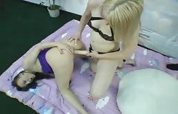 Dos Lesbianas Y Un Strap-On