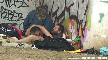 Eine Schlampe, Die Zwei Obdachlose Fickt