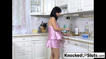 Schwanger In 8 Monaten In Der Küche Von Ihrem Begabten Ehemann Gefickt