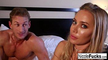 Der Pornozwerg Hat Eine Liebesbeziehung Mit Einer Blondine, Die Einen Schwanz Will