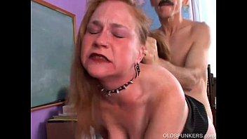 Kinky Old Spunker Le Gusta Un Polvo Duro Y Una Corrida Facial Pegajosa