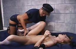 Big Tits Lesben Ficken Mit Strap On Im Gefängnis