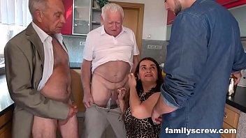 युवती ने तीनों का लंड चूसा