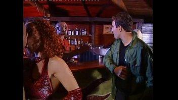 金发碧眼花痴获取性交由两个家伙在一个酒吧