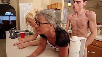 पतला दो गर्म लड़कियों के रसोई घर में फर्नीचर