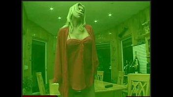 劳拉是一个年轻的女人在布加勒斯特会想dick和自慰在床上