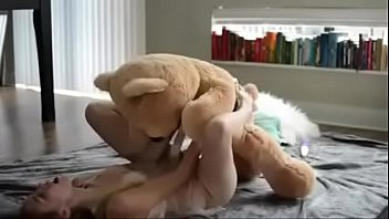 के साथ भालू, जो मुहिम शुरू की है पर एक रबर का लंड