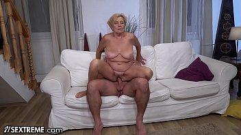 他妈的热是一个色情明星在乳胶,但是在心情的性爱