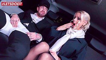 मालकिन को धोखा दे के वह ड्राइवर के पीछे की सीट में