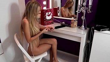 一个年轻的女孩想要的阴茎自慰的硬盘在她的湿猫,和她的阴道,dildoul他们