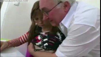 बच्चे छोटी लड़की के लिए यह क्या है के लिए दादा, वह देता है उसे बिल्ली