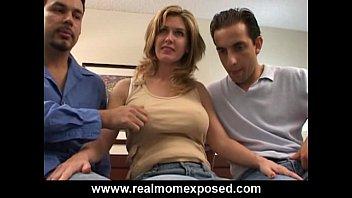 成熟是获得性交由两个家伙在她的屁股,并在她的阴部