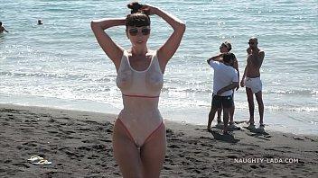 ニコール-桜ポージングに彼女のおっぱいで裸の海