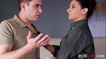 पुलिसवाला उसके जन्मदिन के लिए उसके बेटे Fucks