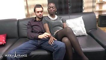 彼女が雄鶏を吸って、彼女のニャンニャンをファックするとき、撮影されるアフリカの黒い女