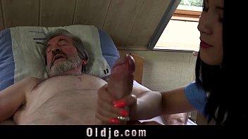 19 साल की सहायता से संतुष्ट एक बूढ़ा आदमी
