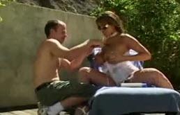 两个肌肉伙计们他妈的一个荡妇与大奶