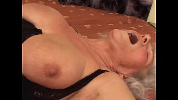 成熟和胖女人使有偿色情电影与1000欧元