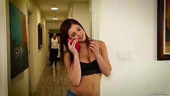 女孩的男友被赶出屋子后,被迫与继父发生性关系