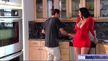 रसोई में एक ट्यूनड श्यामला चुदाई के साथ सेक्स