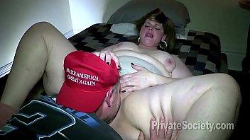 脂肪舔在她的猫通过她的通缉猫在性爱前