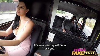 黒ガfucksドライバーにタクシーでは、彼女の滑り濡れた