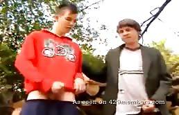 दो समलैंगिक दोस्तों एक साथ खुली हवा में