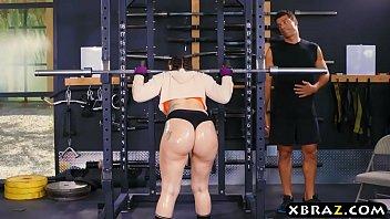 具有性别与一个curoasa放在实践中严重的他妈的私人教练的屁股