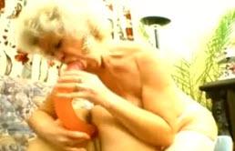 成熟的女同性恋者取悦自己与一个振动器