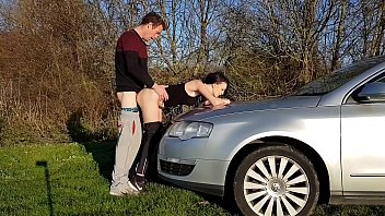 搞砸在汽车的引擎盖面、厚脸皮那么然后就翻出来,他没有一点吹的工作在方向盘上