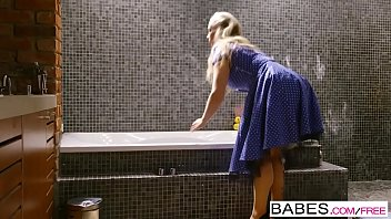 罗莱达纳-齐沃我色情的、具有性别与一个女孩是谁搞砸在按摩浴缸,超大的