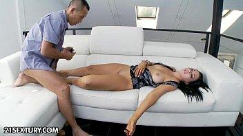 अश्लील कोलंबिया के साथ, एक जापानी छड़ी अपने लंड को उसके मुंह में Maturei