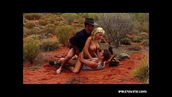 妇女的超级性感的他妈的在这沙漠中的沙子