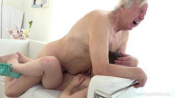 माइनर हाउसवाइफ एक इरोटिक बोसरोग के साथ सेक्स करती है