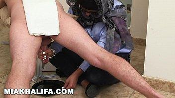 ミア・ハリファは恋人のチンポを自由に飲んでボウルに入れて搾乳します