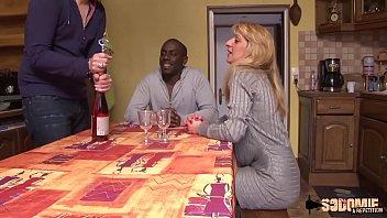 与两个男人喝一杯香槟后,成熟的花痴他妈的很好