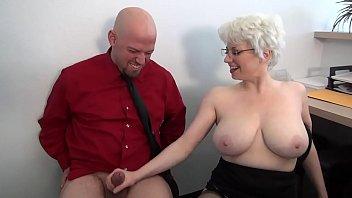 होने सेक्स के साथ एक बूढ़ी औरत में एक सुनहरे बालों वाली Handjob कर रही है और सेक्स के एक बहुत कुछ है