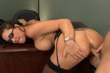 के साथ एक डिक उसके स्तन के बीच