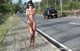 荡妇是业余的显示出她的乳房在公共