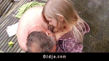 具有性别与一个祖父强奸他的侄女