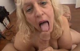 Ungly的老荡妇吮吸阴茎
